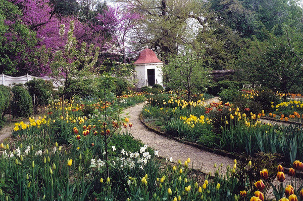 Here's a more current version of the garden at Mount Vernon.