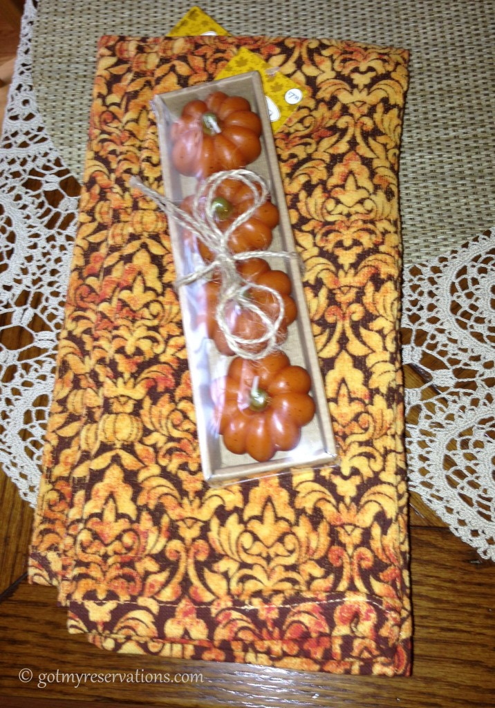 GotMyReservations - Pumpkin Delight Tablescape Towels and Candles